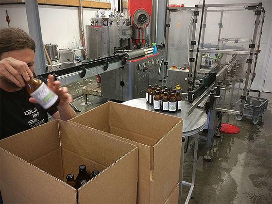 Nordic Kiwi packar öl.