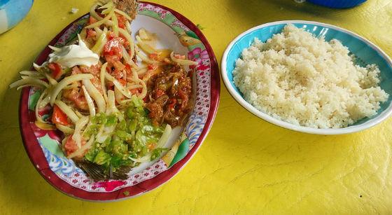 Ivoriansk attiéké med grillad fisk. (Bild: Wikipedia)