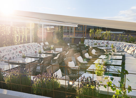 Här kan man vara på midsommar – Ateliers terrass.