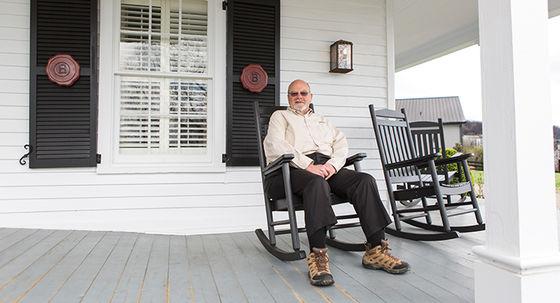 Fred Noe på verandan. Foto: Christian Fang Håkansson.