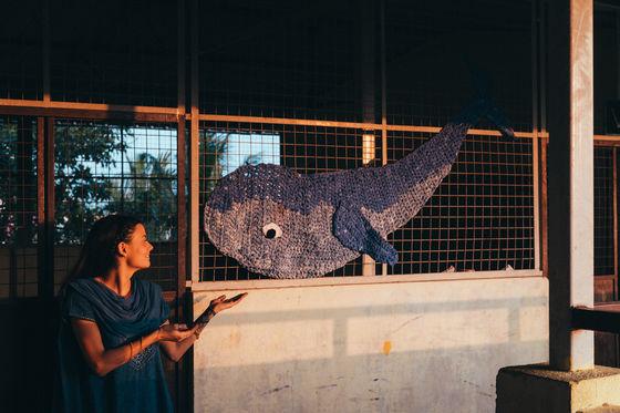 """Frida """"Yarnlund"""" Rådlund framför ett av sina konstverk i Chennai, Indien. Foto: Faramarz Gosheh."""