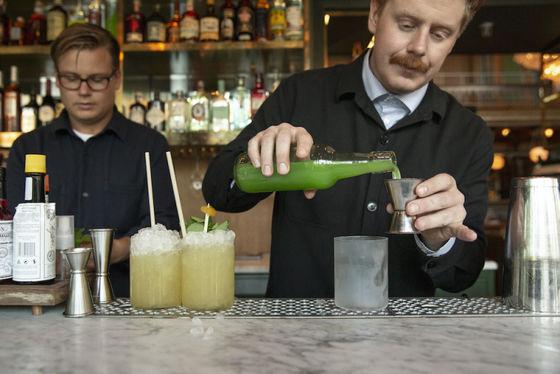 Hampus Thunholm, till höger i bild, är Sveriges bästa bartender 2020.