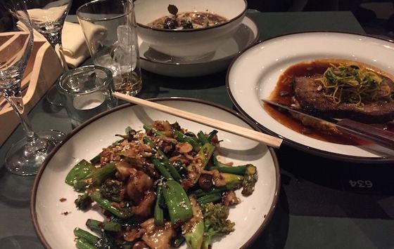 Wok på kammusslor, jätteräkor och bläckfisk, soppa med jordärtskocka och belugalinser samt Ibéricofläskkarré.