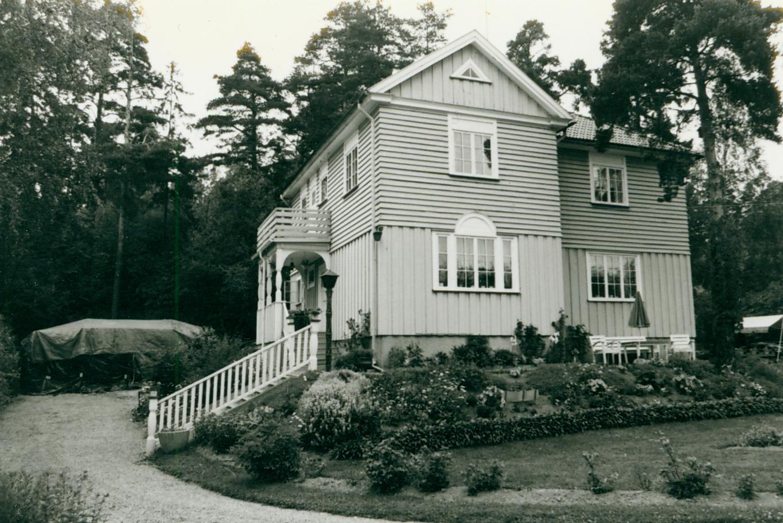 Postmästarhuset där Edward Blom bor med familj uppfördes av postdirektören Johannes Enger 1922-23. <br> Foto&#58; Huddinge kommuns bildarkiv.